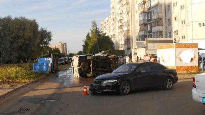 «Буханка» лежала на боку: в Ярославле в ДТП пострадал грудной ребёнок