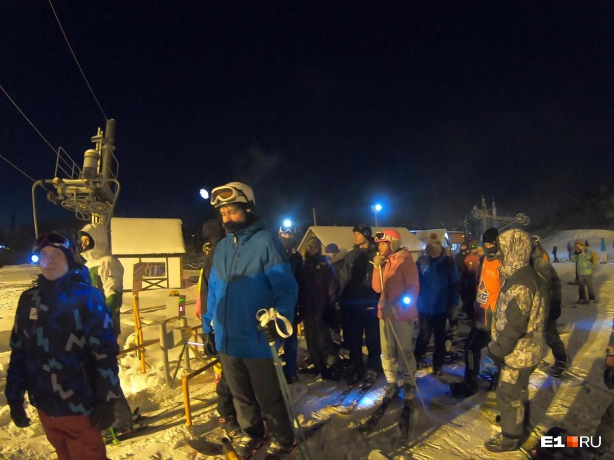 Две сотни екатеринбуржцев съехали со склона Уктуса, освещая себе путь фонариками