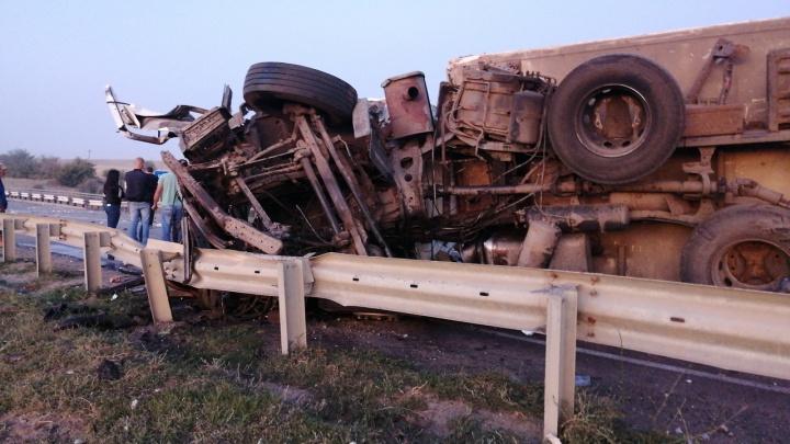 «Поднимали фуры»: на трассе в Дубовском районе полностью убрали последствия страшной аварии