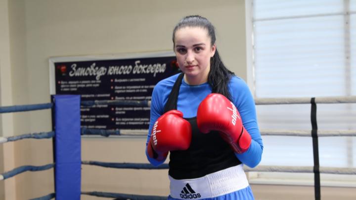 Погоны и боксерские перчатки: девушка-полицейский из Сальска по вечерам тренирует детей