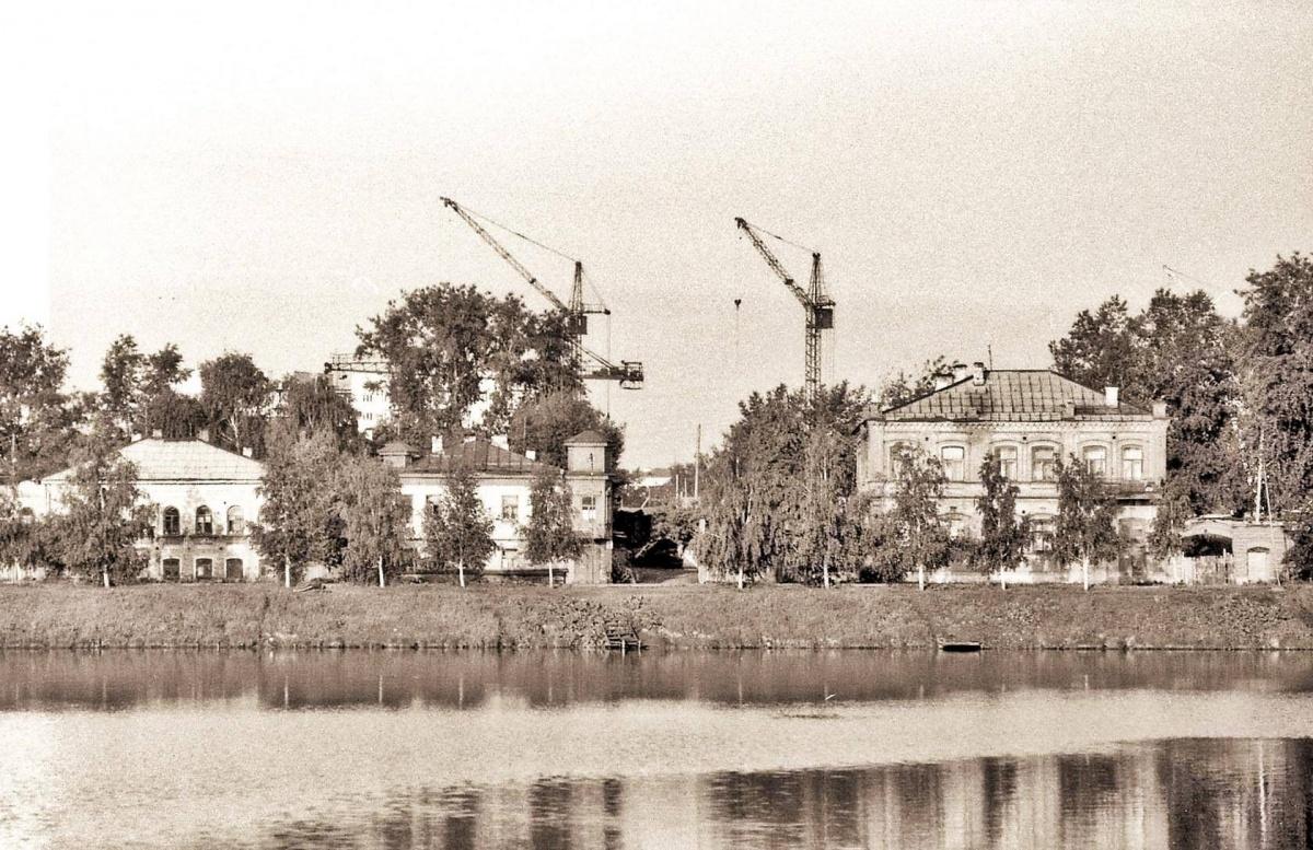 После сноса началось строительство новых объектов
