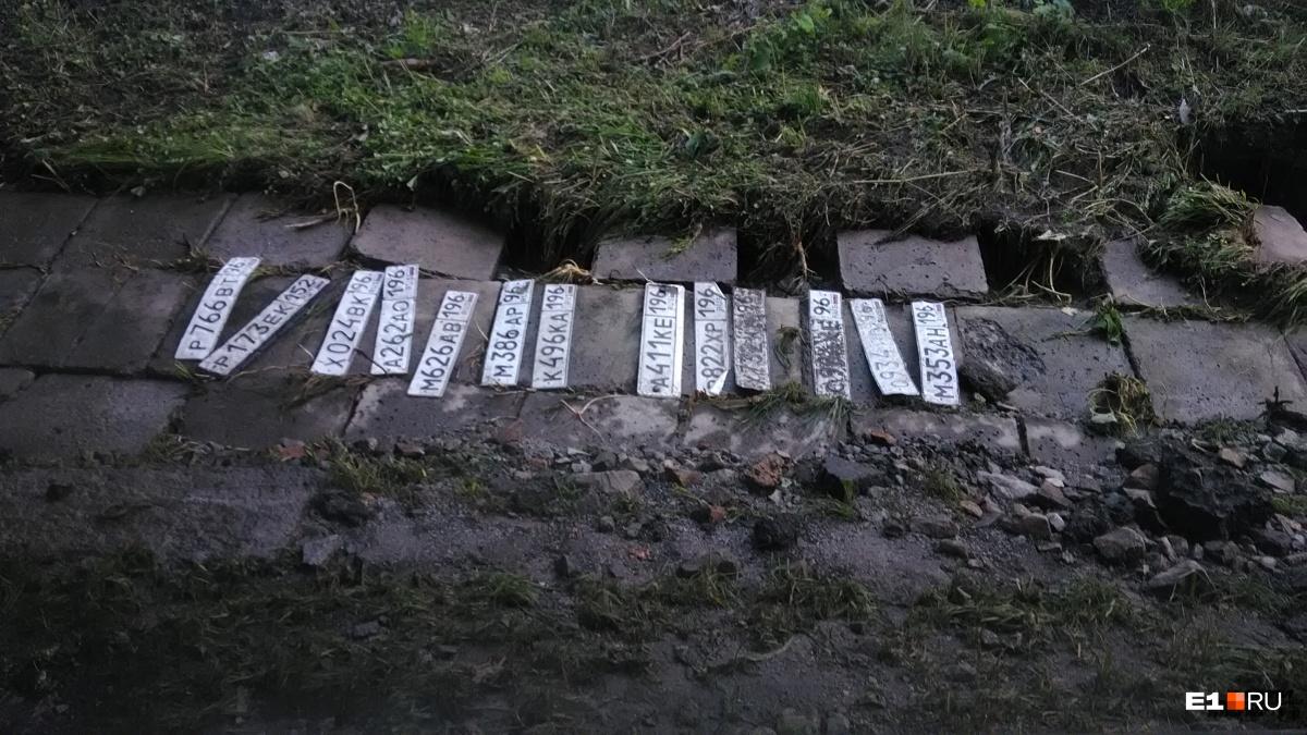 Нам прислали фото номеров-потеряшек, которые лежат на обочине в сторону центра