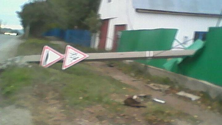 В башкирском городе столб свалился на участок жилого дома