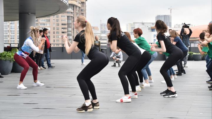 Самые красивые девушки Екатеринбурга устроили городскую зарядку: как это было