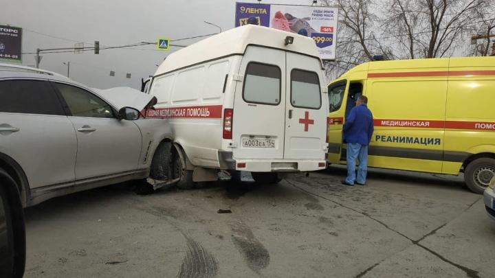 Infiniti врезалась в машину скорой помощи, которая везла ребёнка в больницу
