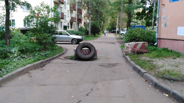 «Ждём первых пожаров и сердечных приступов»: жители Тутаевского шоссе перегородили проезды во дворах