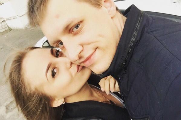 Один из обвиняемых сотрудников полиции Дмитрий Панов со своей невестой