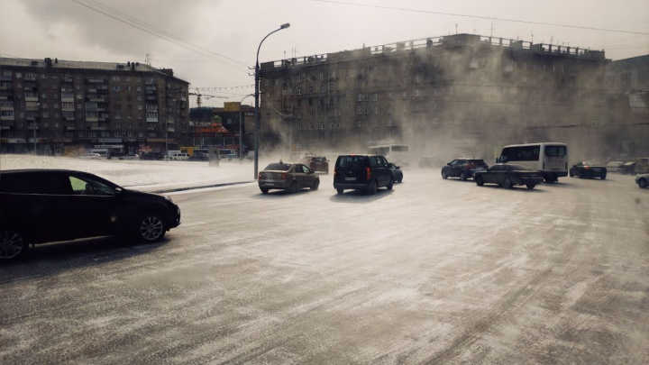 День жести: в Новосибирск вернулись снегопады и огромные пробки