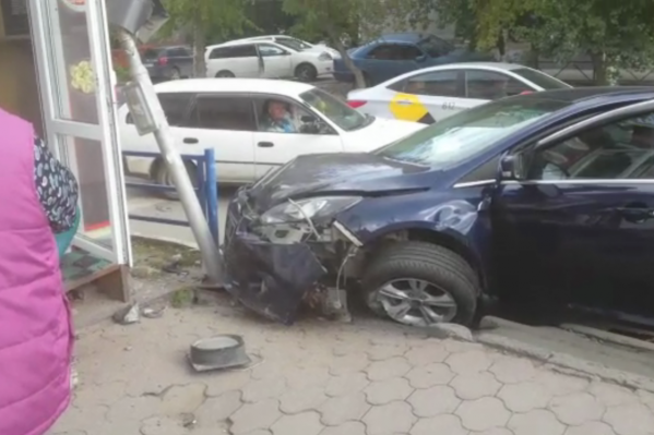 Ford чуть не влетел в киоск с шаурмой — его остановил столб