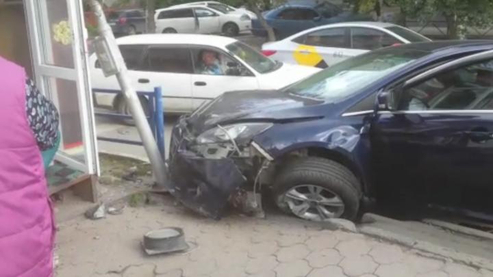 Ford вылетел на обочину и врезался в столб на проспекте Дзержинского