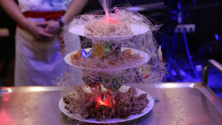 Новосибирское кафе продало трёхэтажное блюдо в паутине на аукционе