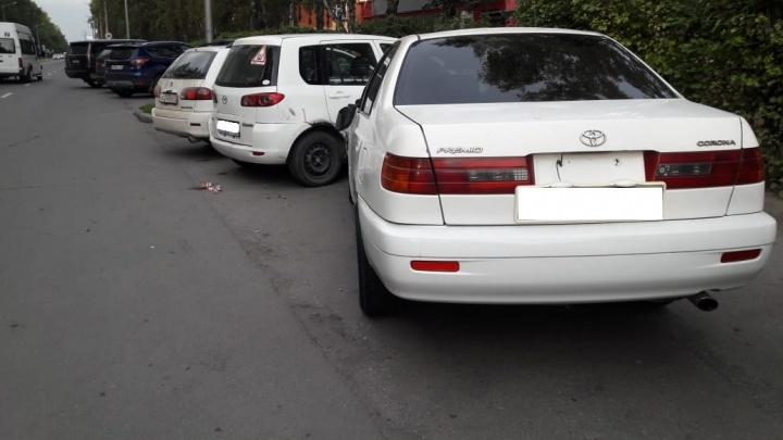 «Тойота» отбросила пешехода на парковку с машинами в Академгородке