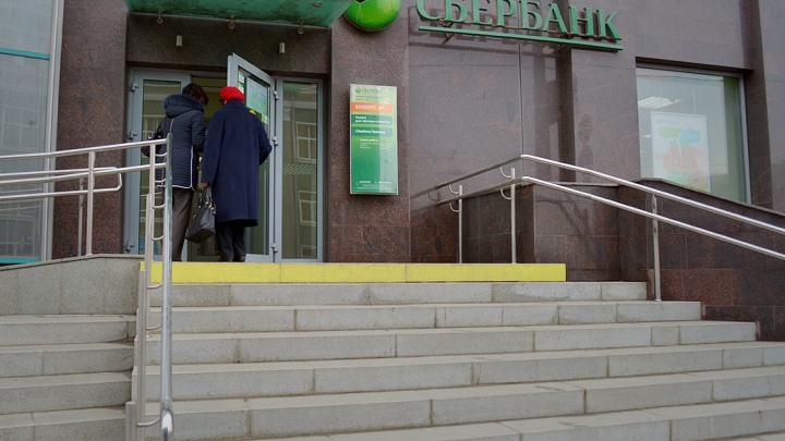 Выдали деньги и подарили плед: 80-летняя челябинка после скандала с банком получила сбережения