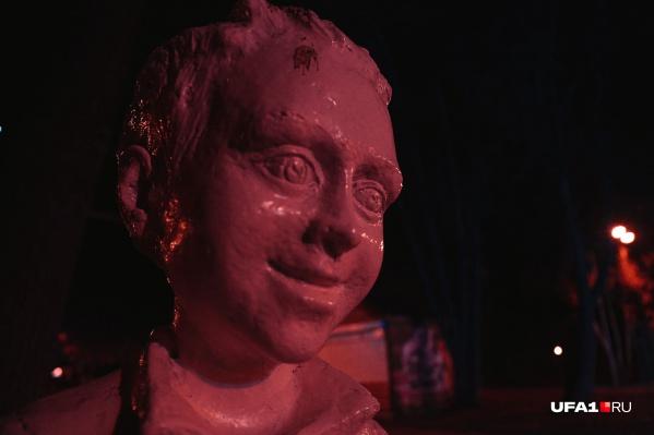 Вытаращенные глаза, застывшая улыбка — похоже, ребенку пора ставить неутешительный диагноз. А заодно и скульптору