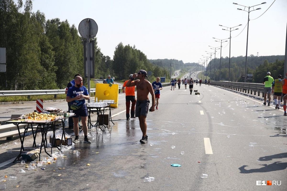 На Московском тракте разбросанные стаканчики собрали сразу после того, как марафонцы пробежали