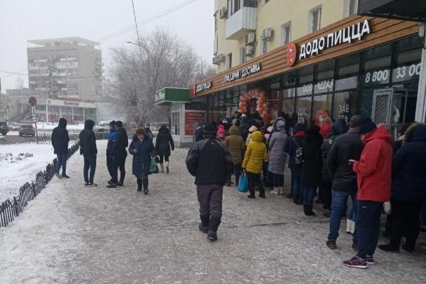 Пицца за 100 рублей заставила родителей с детьми простоять долгое время на улице