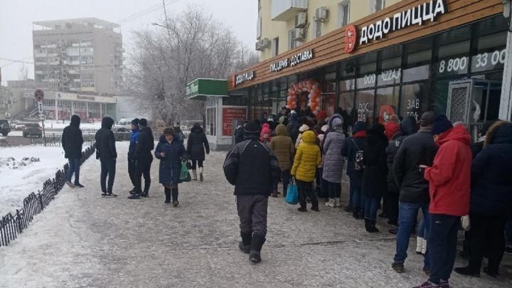 «Избавляются от запасов?»: сотни волгоградцев столпились на морозе в очереди за дешёвой пиццей