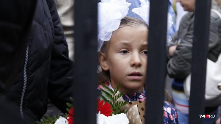 Молебен, гимн России хором и конец свободы: смотрим лучшие снимки с линеек в челябинских школах