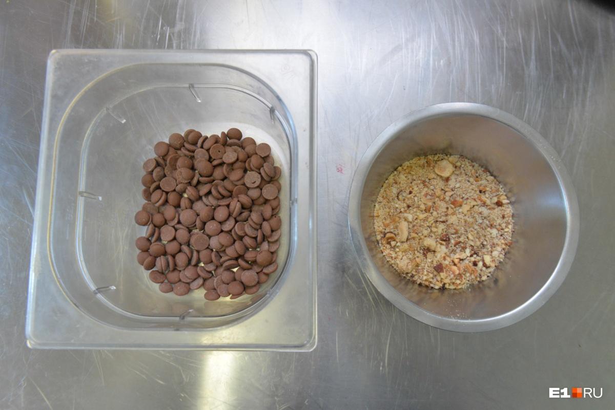 Теперь готовим следующий слой — смешиваем шоколад с орехами