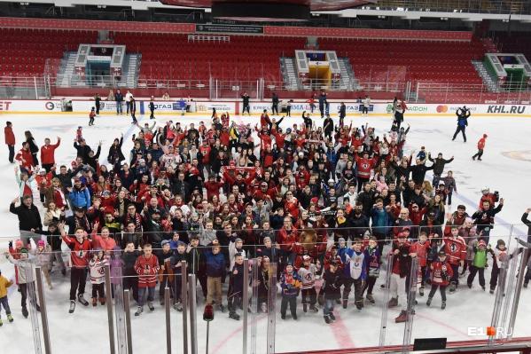 Сотни человек пришли покататься на льду, на котором «Автомобилист» в этом сезоне отыграл столько победных матчей