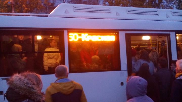 Жители Управленческого пригласили Азарова и Лапушкину прокатиться на переполненных автобусах № 50