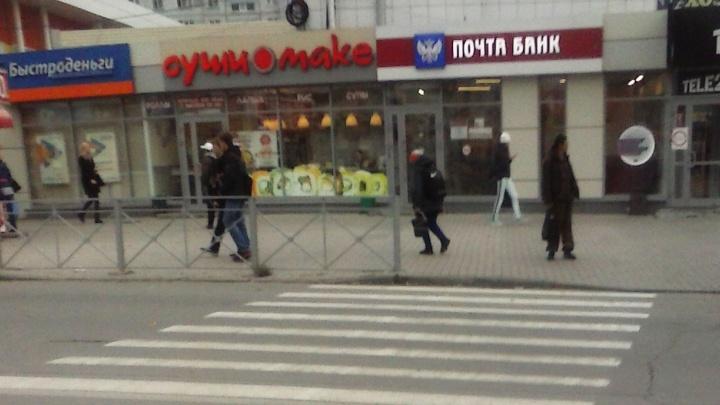 Новые ограждения на площади Калинина привели к давке на тротуарах