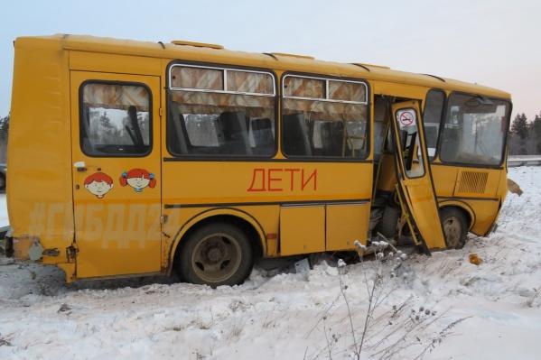 Каждый день автобус забирает детей из поселка Курдояки и отвозит в школу в Решотах