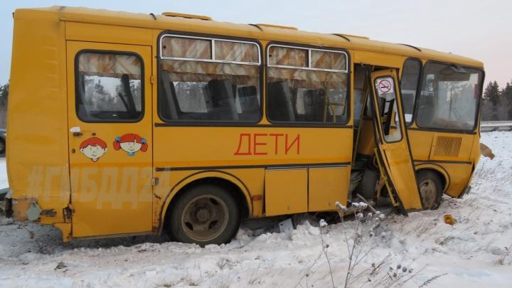 В аварии школьного автобуса и грузовика погиб один человек