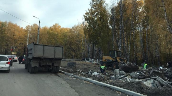 Конечную остановку возле СФУ очистили от павильонов ради парка