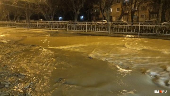 Рабочие отключили поврежденный участок водовода во Втузгородке, из которого рекой лилась вода