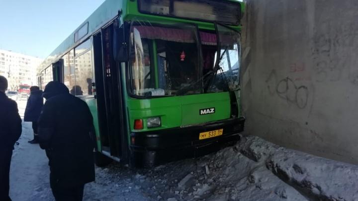 Последствия аварии с автобусом, въехавшим в мост: число пострадавших изменилось