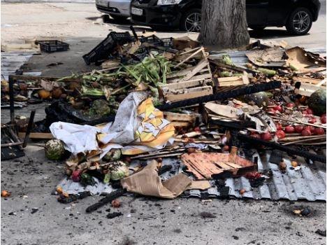 Гора сгоревших фруктов пролежала в центре города целый день