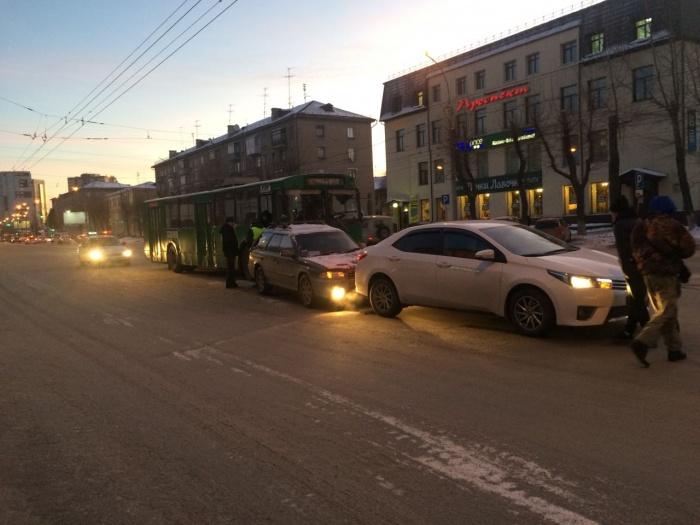 На проспекте Дзержинского в ДТП собрались троллейбус, Subaru Outback и Toyota Corolla