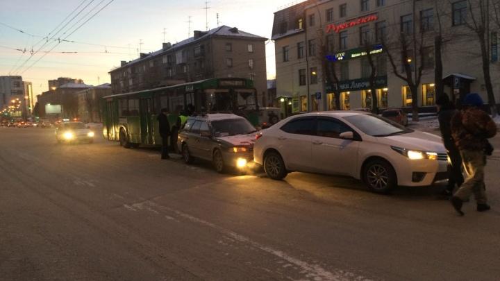 Не доехать до работы: троллейбус, трамвай и маршрутка попали в аварии за 40 минут