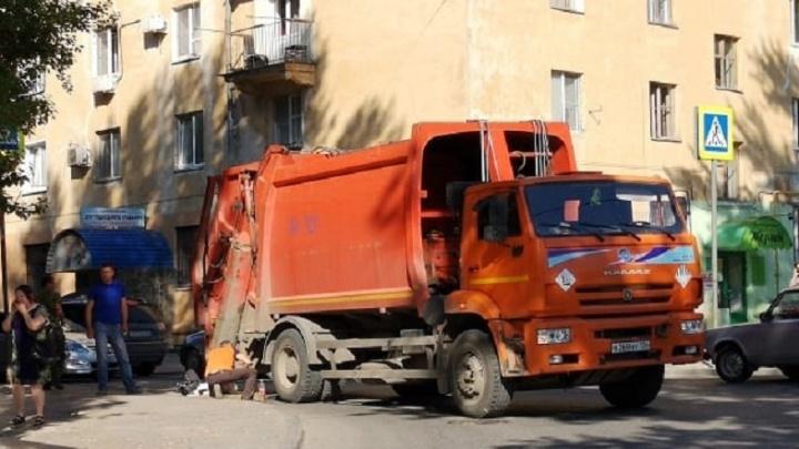 «На асфальте много крови»: в Волгограде водитель мусоровоза сбил женщину на переходе