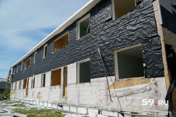 По информации подрядчика, уже были случаи, когда рабочие продавали пластиковые окна и сантехнику из домов под снос