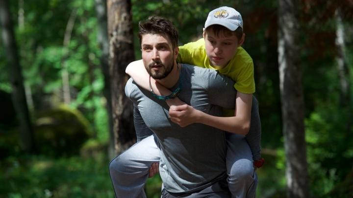 Мечтающих о скалах и Красноярске с высоты детей с ДЦП волонтёры подняли на себе на «Столбы»