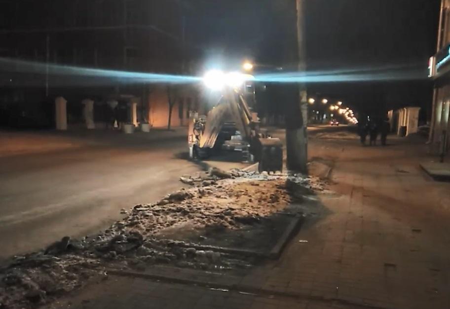 Уборка снега на улице Минина