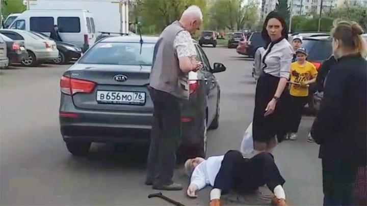 В Ярославле женщина набросилась на бабушку из-за парковки: в дело вмешалась полиция