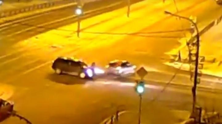 Малолитражка вылетела на тротуар после удара о поворачивающий на Красрабе внедорожник
