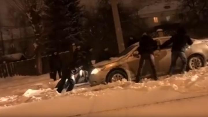 В Екатеринбурге застрявшую на рельсах машину полчаса вытаскивали пассажиры трамвая