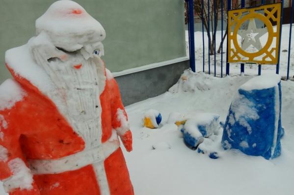 Снегурочка лишилась половины туловища, Деду Морозу тоже досталось