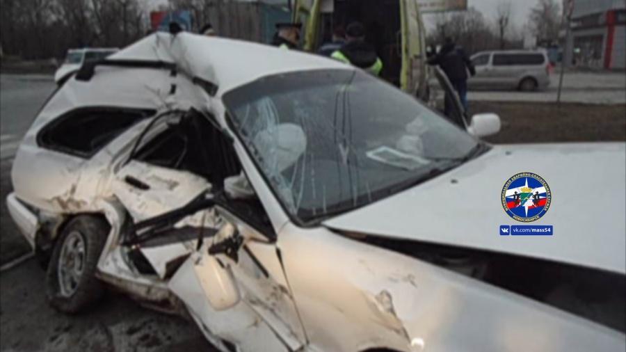 ВНовосибирске «КамАЗа» расплющил «Тойоту», водителя зажало всалоне