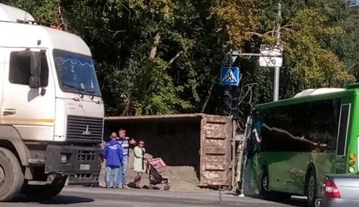 На Республики самосвал столкнулся с автобусом: пострадали три человека