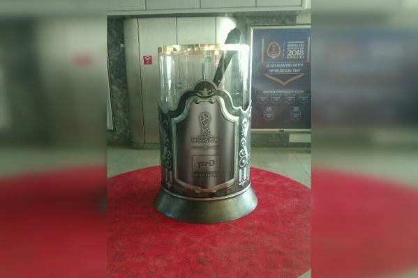 Памятник стакану установили в холле