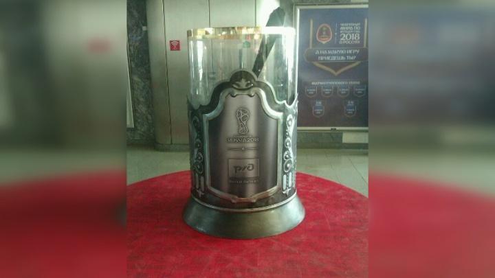 С ложкой и подстаканником: на самарском ж/д вокзале установили памятник стакану