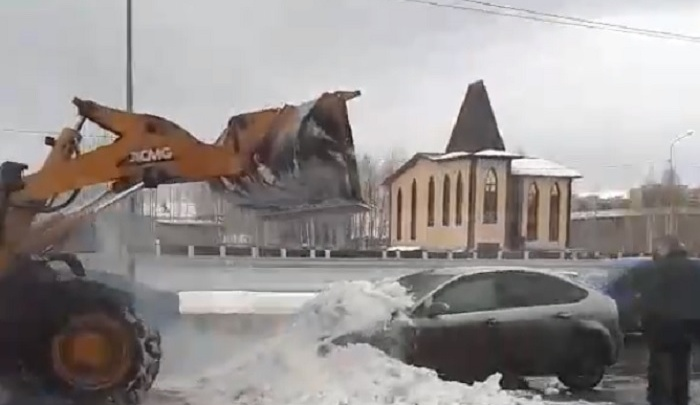 В Восточном-2 водитель погрузчика засыпал снегом горящий Ford Focus