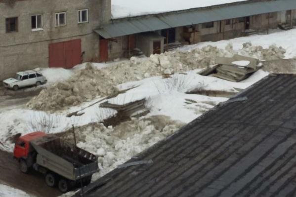 По правилам снег должны вывозить либо на снегоплавильный завод, либо за город