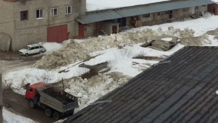 Уфимец пожаловался на грязные снежные кучи, сваленные прямо напротив новостроек