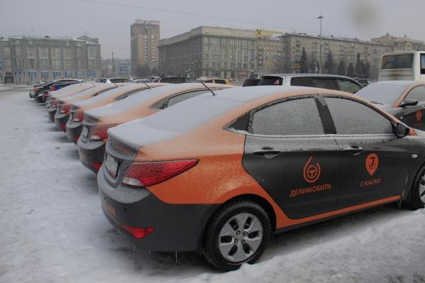 Машины «Делимобиля» на площади Ленина